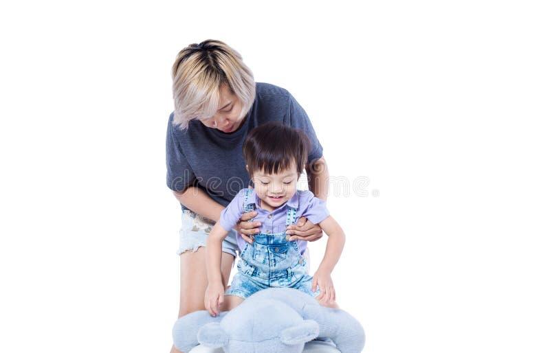Dzieciaka statywowy bawić się z lalą fotografia royalty free
