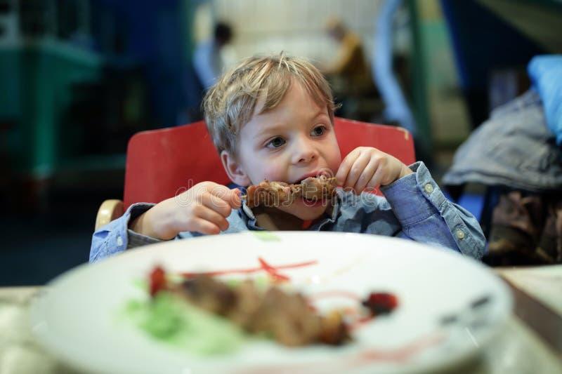 Dzieciaka zjadliwy kebab obrazy stock