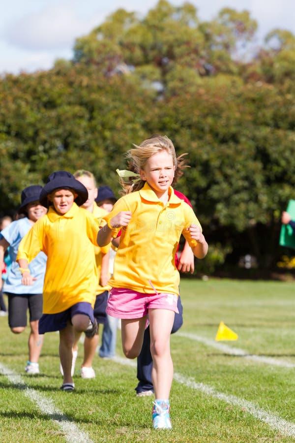 dzieciaki ścigają się sporty fotografia royalty free