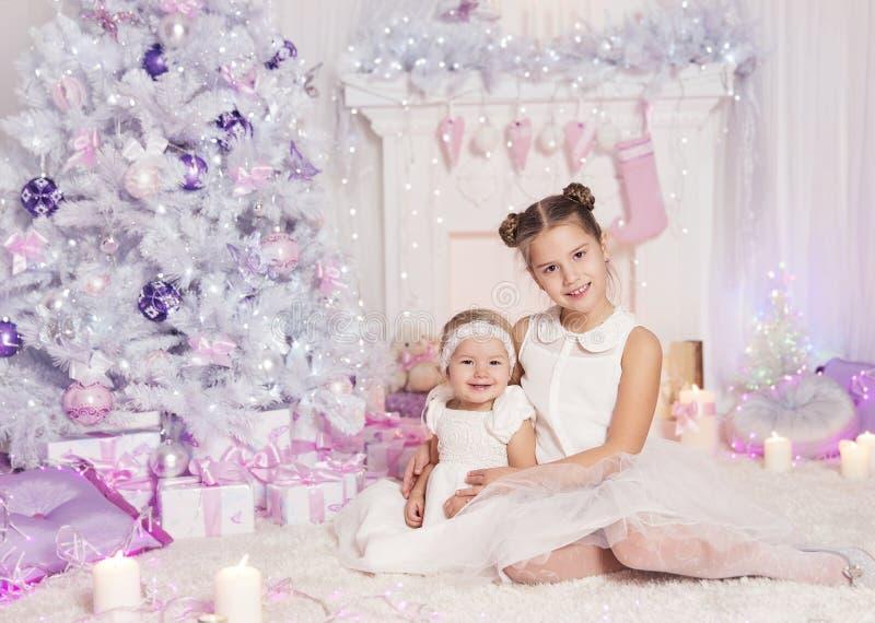 Dzieciaki Świętuje Bożenarodzeniowego wakacje, dziecko dziewczynek Xmas drzewo zdjęcia stock