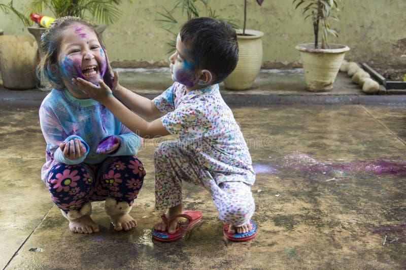 Dzieciaki świętuje Holi festiwal kolory obrazy royalty free