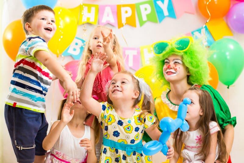 Dzieciaki świętuje wesoło przyjęcia urodzinowego obraz royalty free