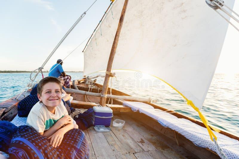 Dzieciaki żegluje w dhow fotografia royalty free