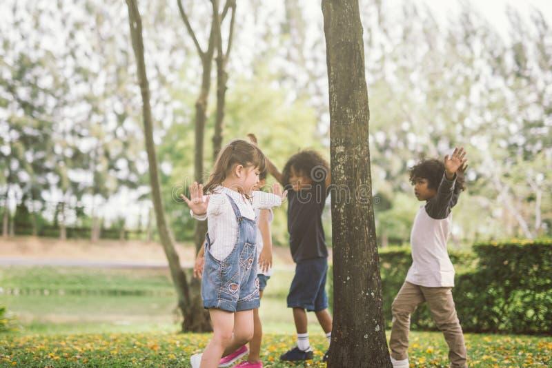 Dzieciaki bawić się z przyjaciółmi przy parkiem obraz stock