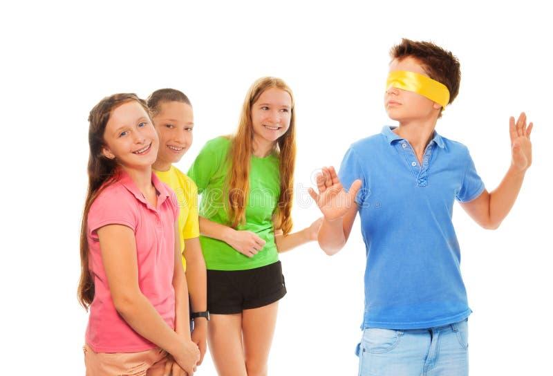 Dzieciaki bawić się kryjówkę aport - i - zdjęcia royalty free