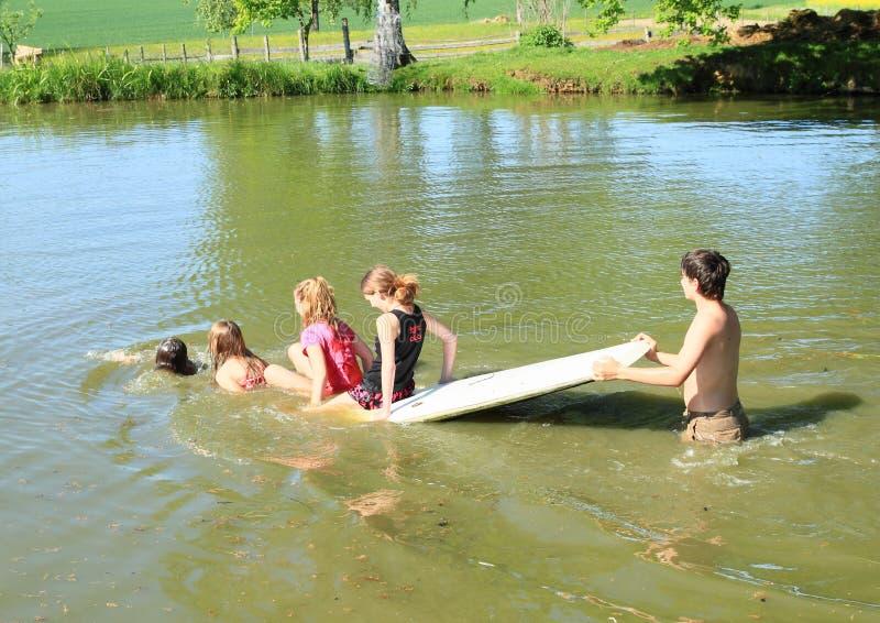 Dzieciaki bawić się na kipieli i moczyć mokrych zdjęcie royalty free