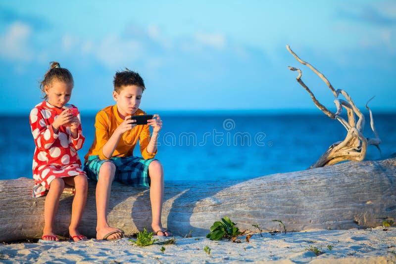 Dzieciaki bawić się na smartphone obraz royalty free