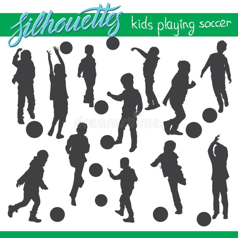 Dzieciaki bawić się piłek nożnych futbolowe wektorowe sylwetki royalty ilustracja