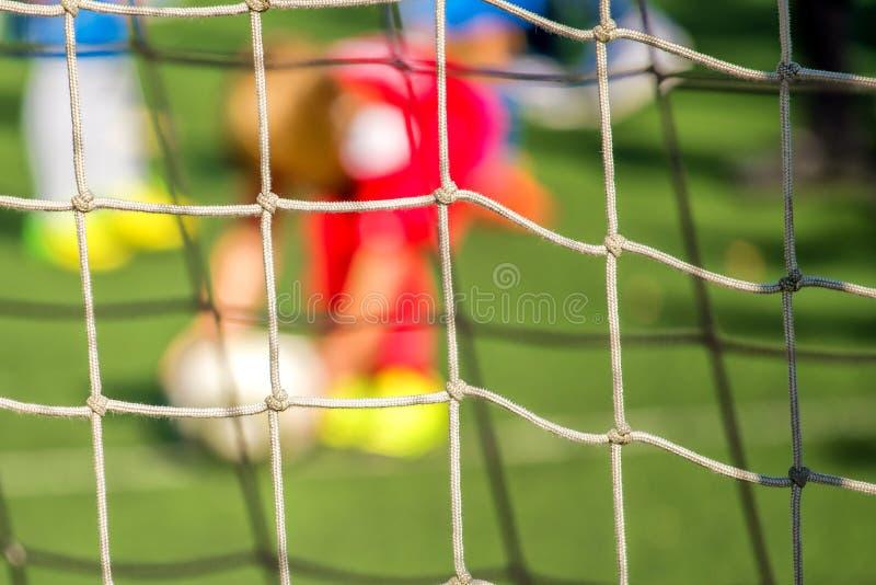 Dzieciaki bawić się piłkę nożną, karny obrazy stock