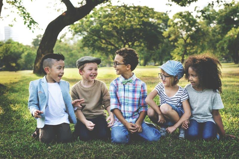 Dzieciaki Bawić się Rozochoconego parka pojęcie Outdoors zdjęcie royalty free