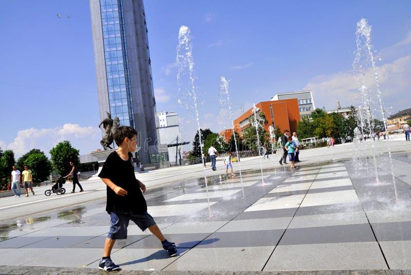 Dzieciaki Bawić się w Macierzystym Teresa Obciosują fontannę - Pristina, Kosowo zdjęcie royalty free