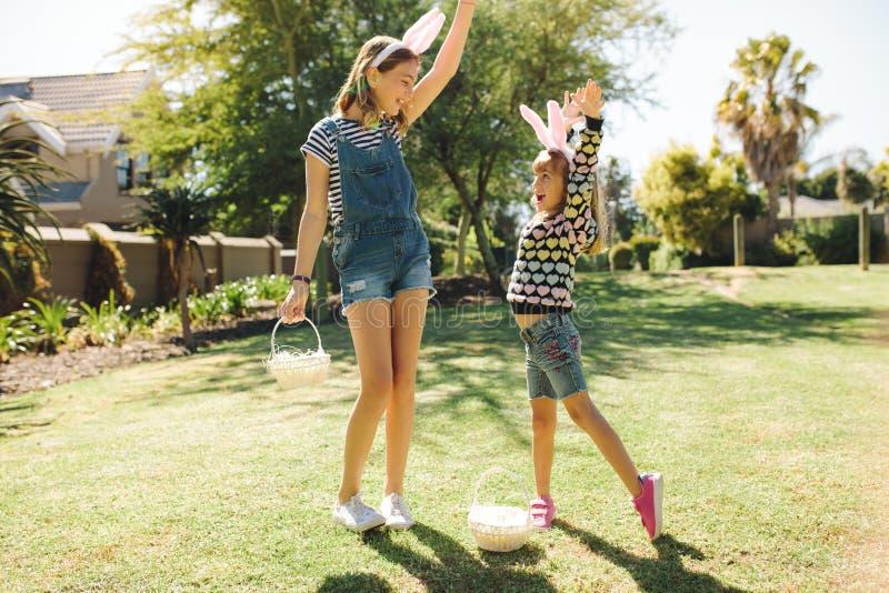 Dzieciaki bawić się w ogródzie na słonecznym dniu zdjęcia stock