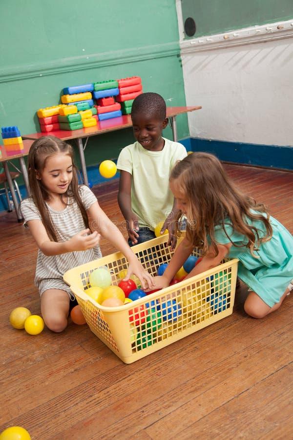 Dzieciaki bawić się z klingeryt piłkami zdjęcia royalty free