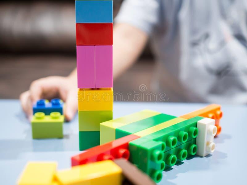 Dzieciaki bawić się z kolor zabawki blokami obrazy royalty free
