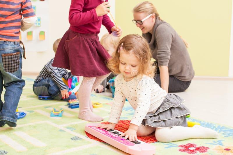 dzieciaki bawić się zabawki obraz royalty free