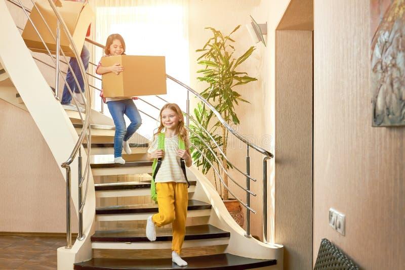 Dzieciaki chodzi downstairs fotografia stock