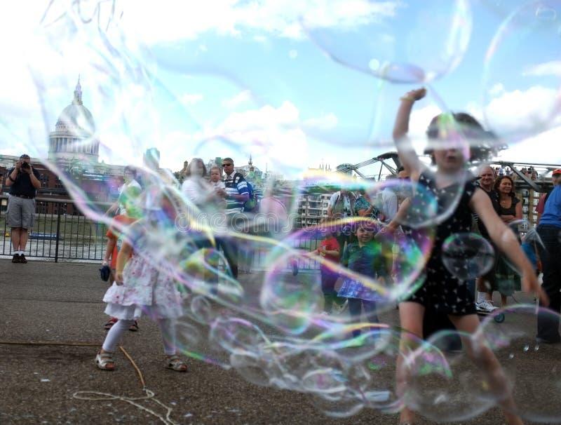 Dzieciaki cieszą się bąbla pościg obrazy royalty free