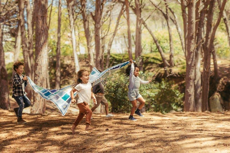 Dzieciaki cieszy się wpólnie w parku zdjęcia stock