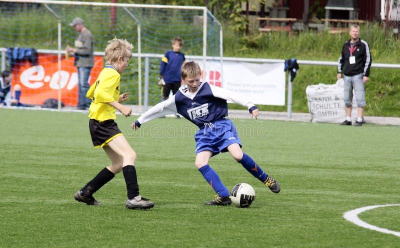 dzieciaki dopasowywają piłkę nożną obraz royalty free