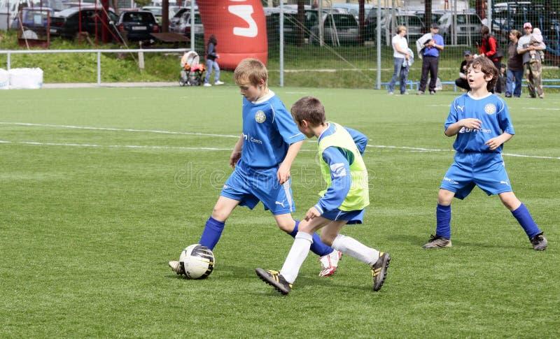 dzieciaki dopasowywają piłkę nożną fotografia stock