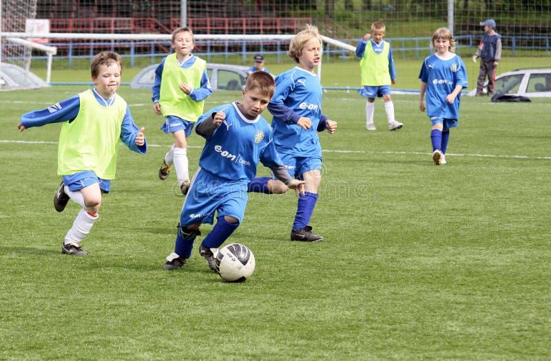 dzieciaki dopasowywają piłkę nożną