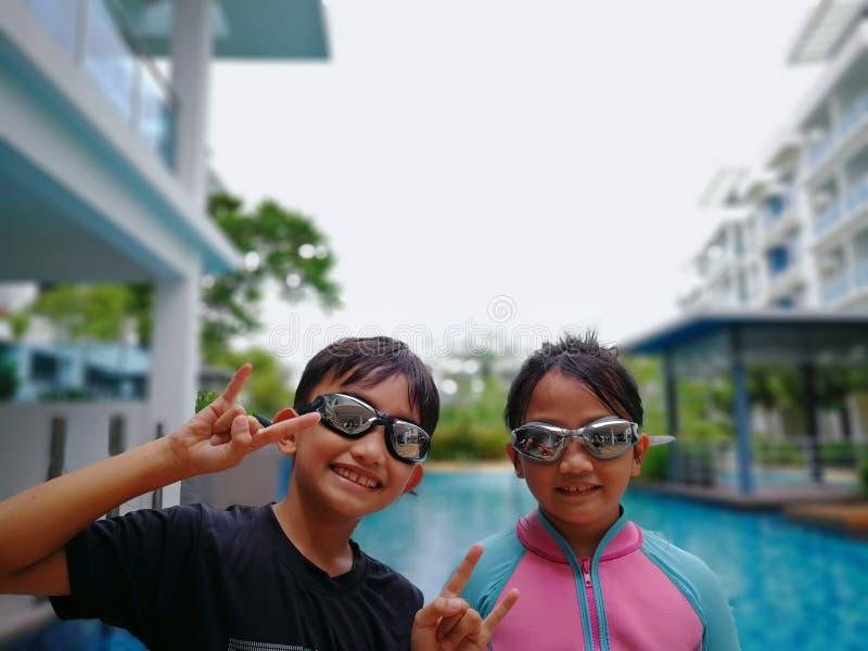 Dzieciaki gotowi dla pływać przy basenem zdjęcia royalty free