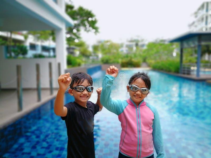 Dzieciaki gotowi dla pływać przy basenem zdjęcie royalty free