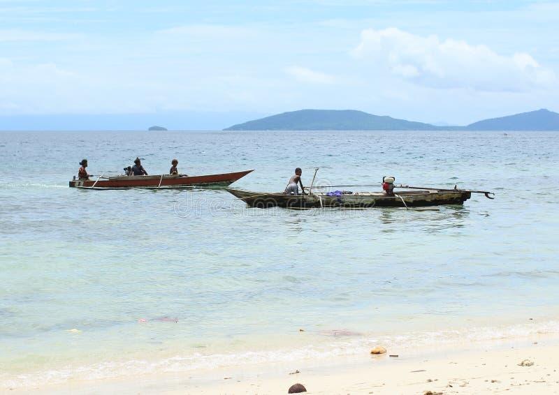 Dzieciaki i kobiety na Traditonal łodzi obraz royalty free