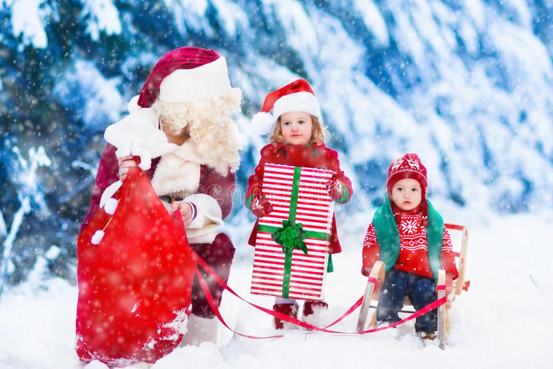 Dzieciaki i Santa z Bożenarodzeniowymi teraźniejszość zdjęcia royalty free