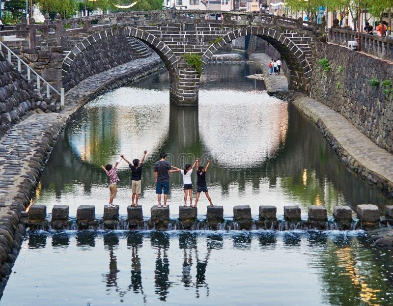 Dzieciaki ma zabawę przy Megane mostem zdjęcia royalty free