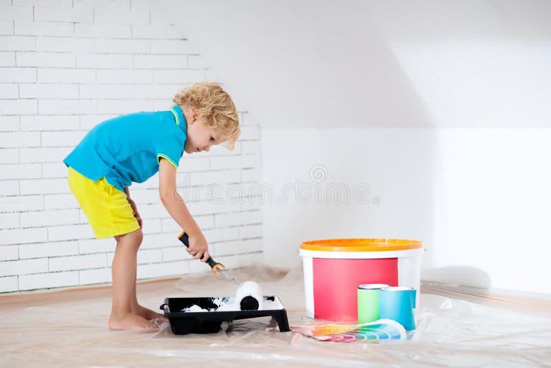 Dzieciaki maluje attyk ścianę farby rolownika próbki obrazy royalty free