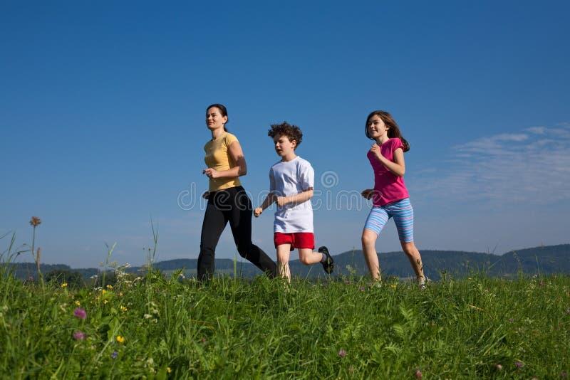 dzieciaki matkują bieg