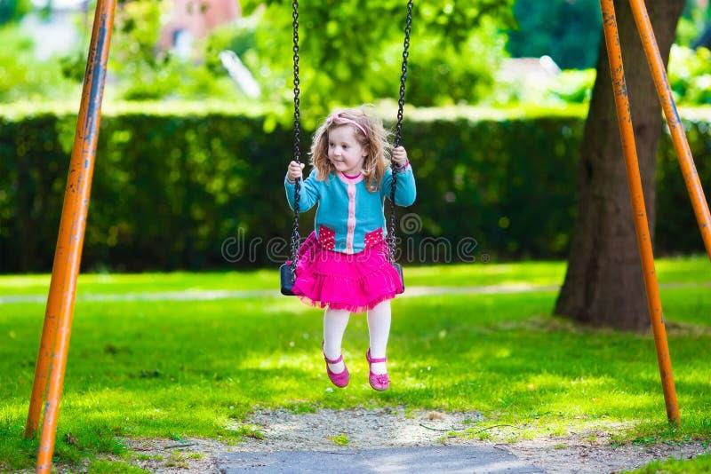 Dzieciaki na boisko huśtawce zdjęcia royalty free