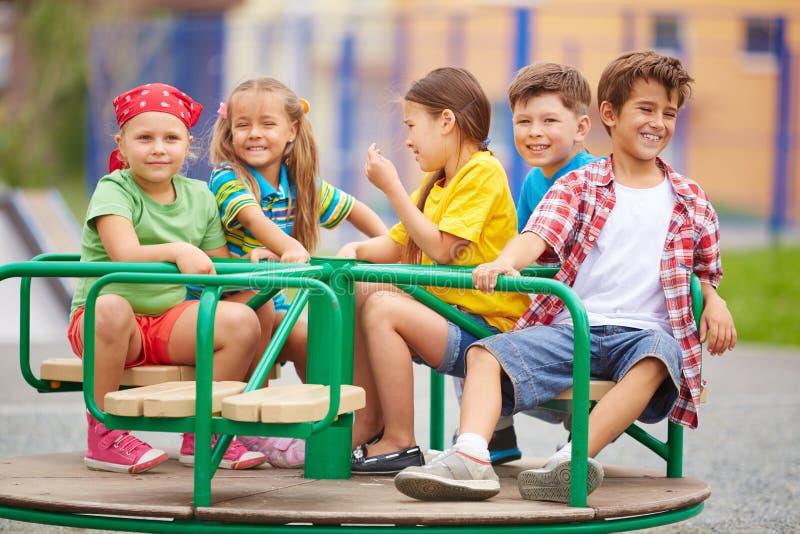 Dzieciaki na carousel obraz stock