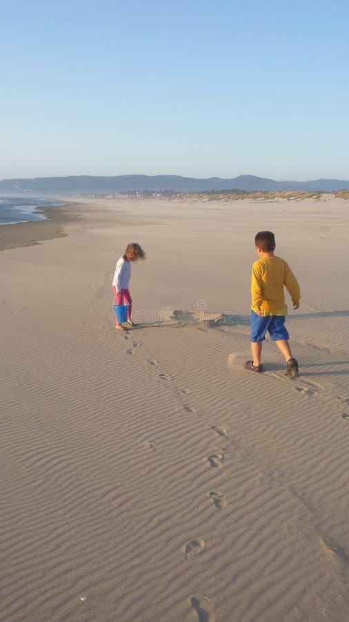 Dzieciaki na plaży zdjęcia stock