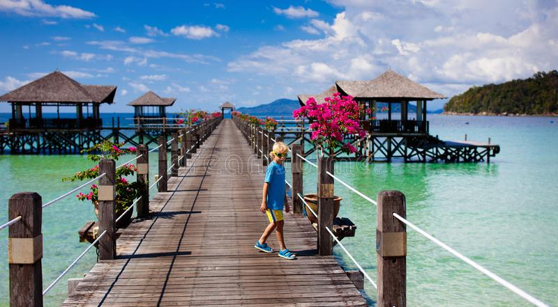 Dzieciaki na tropikalnej pla?y Dziecko na kurortu jetty fotografia stock