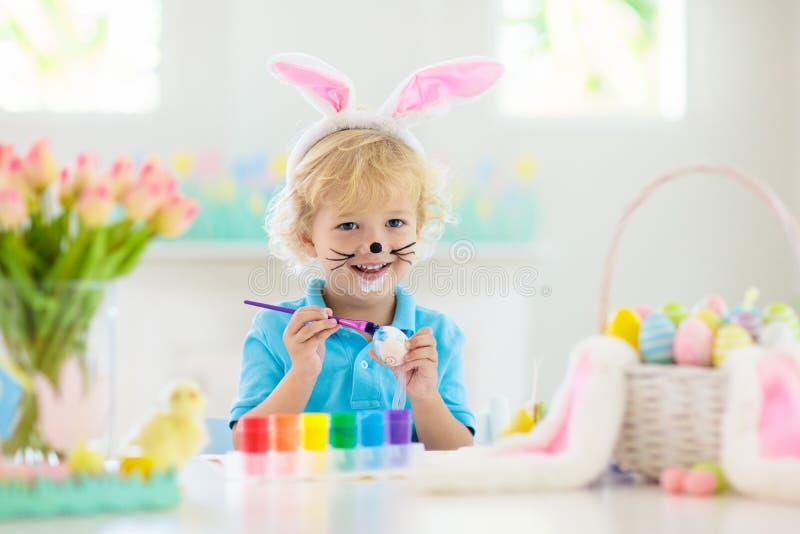 Dzieciaki na Wielkanocnego jajka polowaniu Dziecka barwidła jajka obraz stock