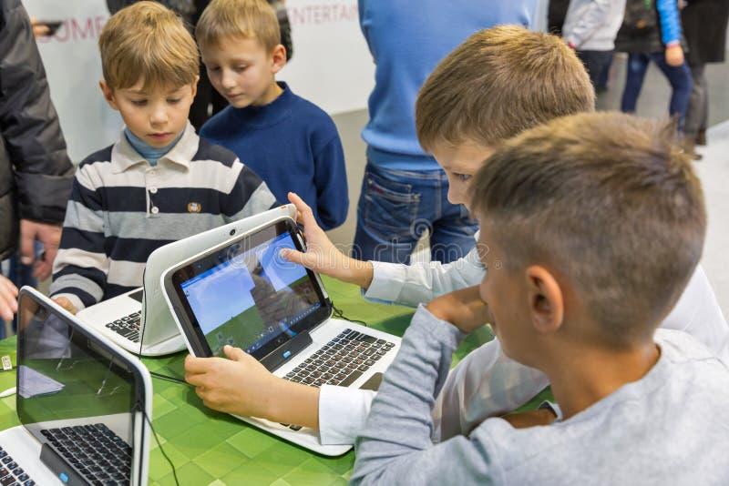 Dzieciaki odwiedzają Microsoft budka podczas CEE 2017 w Kijów, Ukraina zdjęcie stock