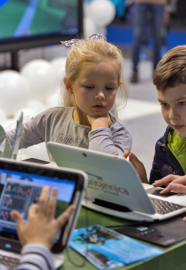 Dzieciaki odwiedzają Microsoft budka podczas CEE 2017 w Kijów, Ukraina fotografia royalty free