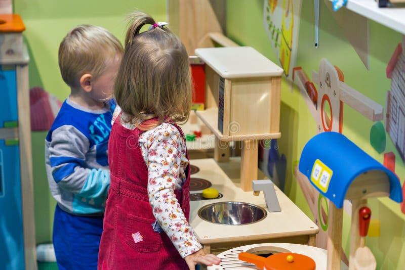 Dzieciaki odwiedzają zabawek budka podczas CEE 2017 w Kijów, Ukraina obraz royalty free