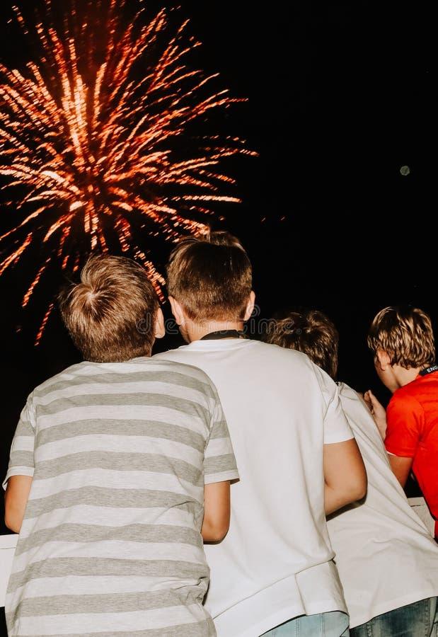 Dzieciaki ogląda fajerwerk chłopiec kolorowych plecy obrazy stock