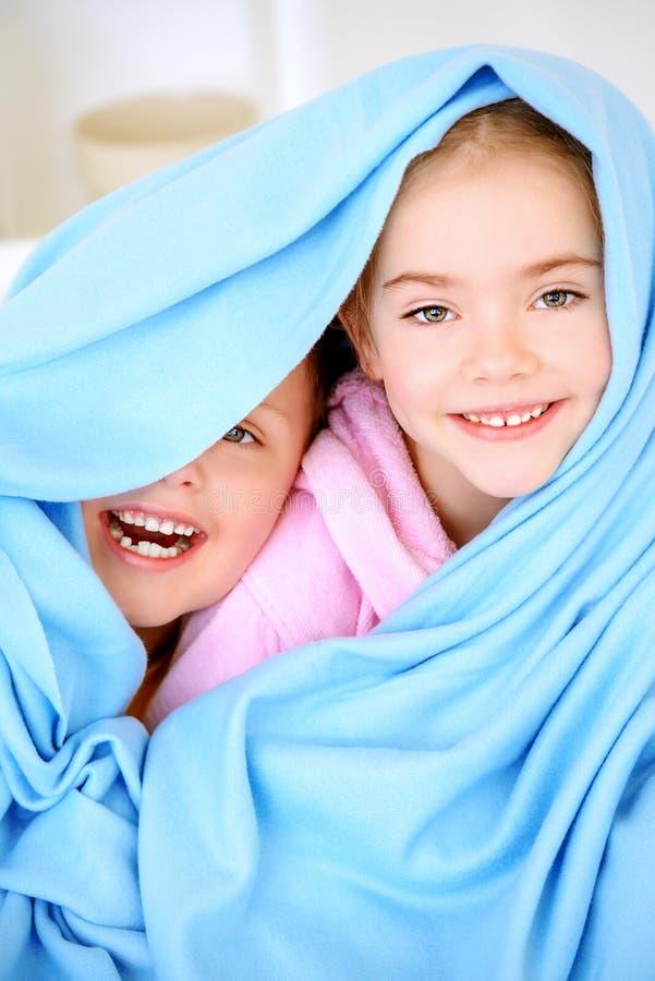 Dzieciaki pod koc obrazy stock