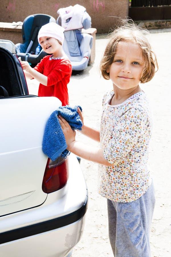 Dzieciaki Pomaga Czystemu samochodowi fotografia stock