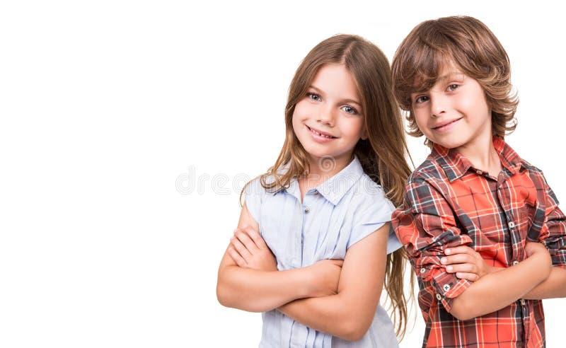 Dzieciaki pozuje nad bielem obraz royalty free