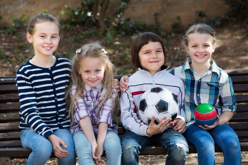 Dzieciaki pozuje wraz z piłką zdjęcie stock