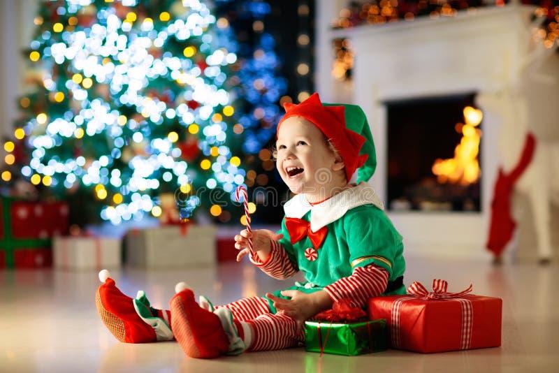 Dzieciaki przy choinką Dzieci Otwierają teraźniejszość fotografia stock