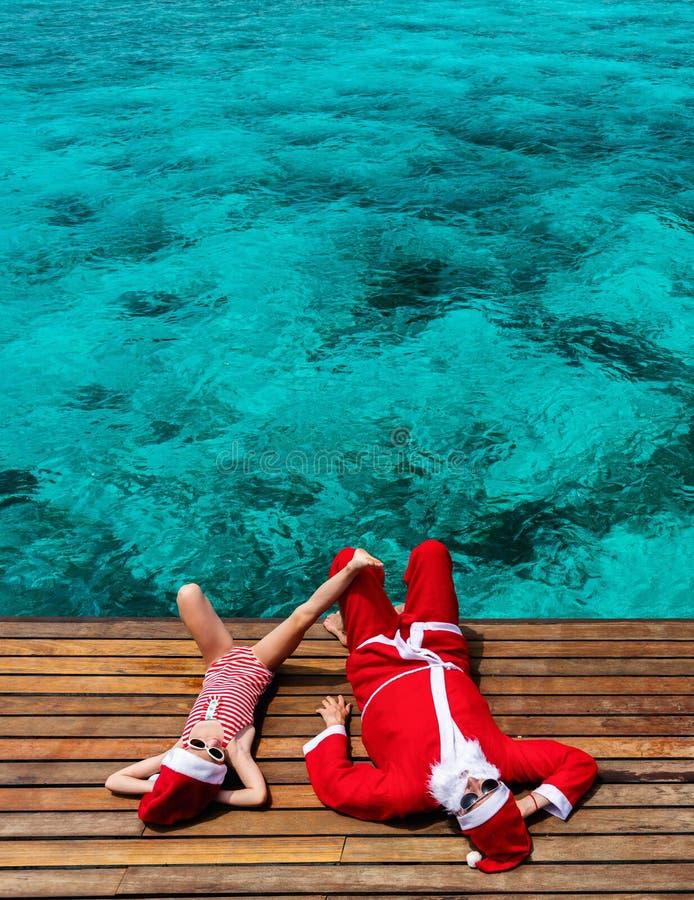 Dzieciaki przy plażą na bożych narodzeniach obraz royalty free