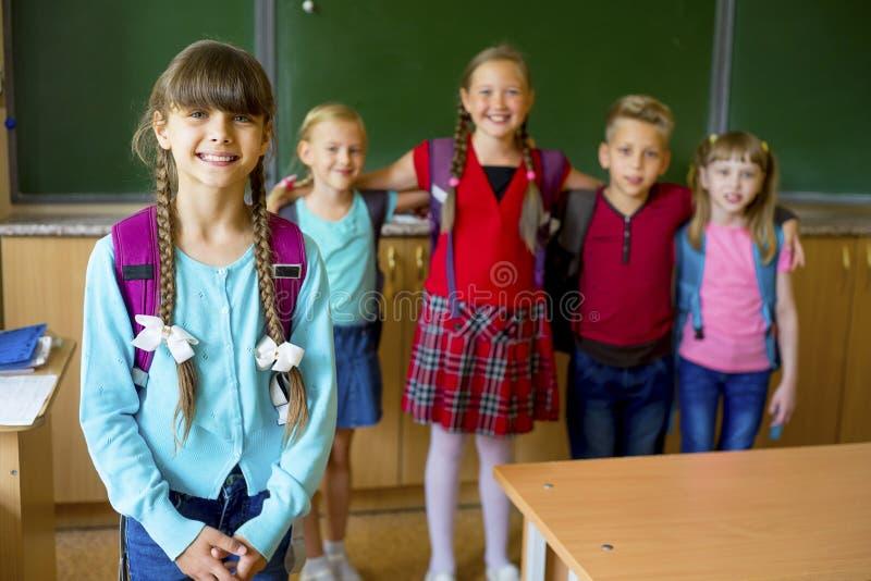 Dzieciaki przy szkołą zdjęcie stock