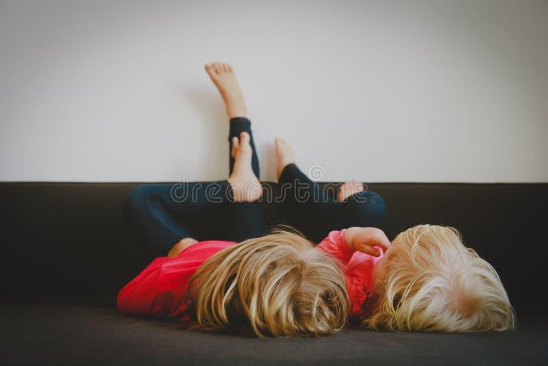 Dzieciaki relaksują w domu - domowa wygoda i gnuśność zdjęcia stock