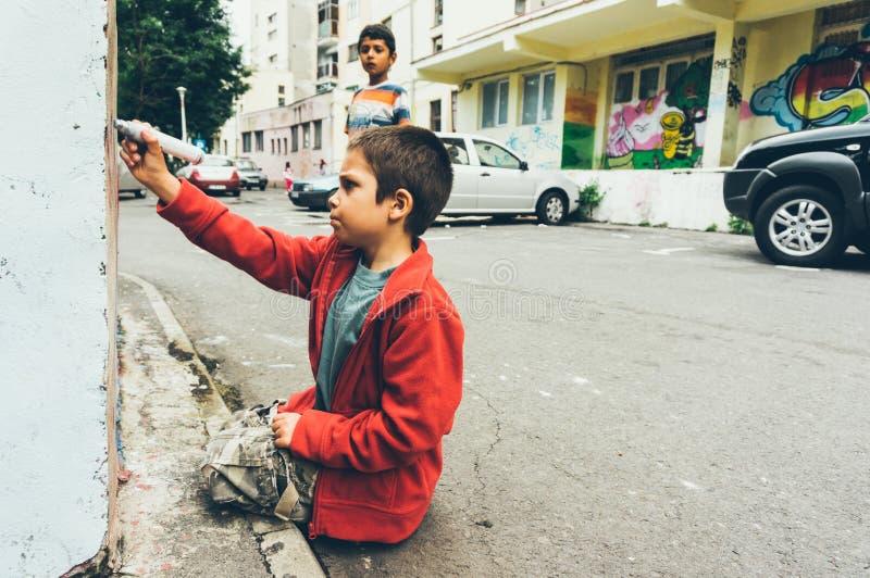 Dzieciaki rysuje graffiti na ulicach fotografia stock